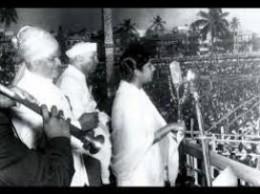 লালকেল্লায় সেই গান গাইছএন লতা। পাশে জওহরলাল নেহরু।